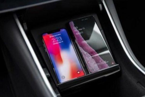 El Tesla Model 3 cargará móviles inalámbricamente