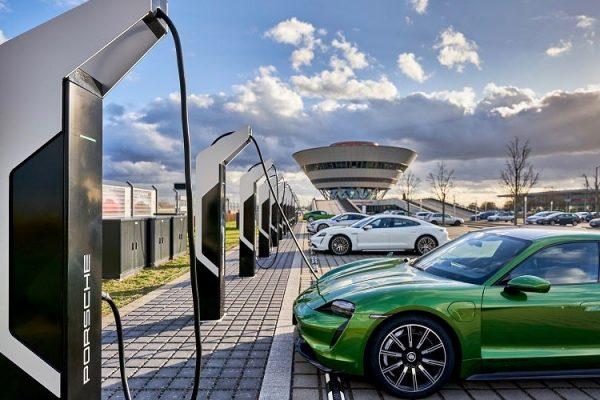 Porsche inaugura la estación de recarga más potente de Europa