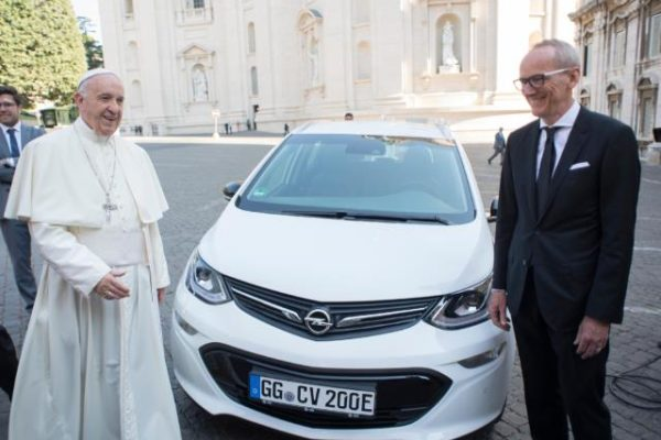 El Papa se electrifica